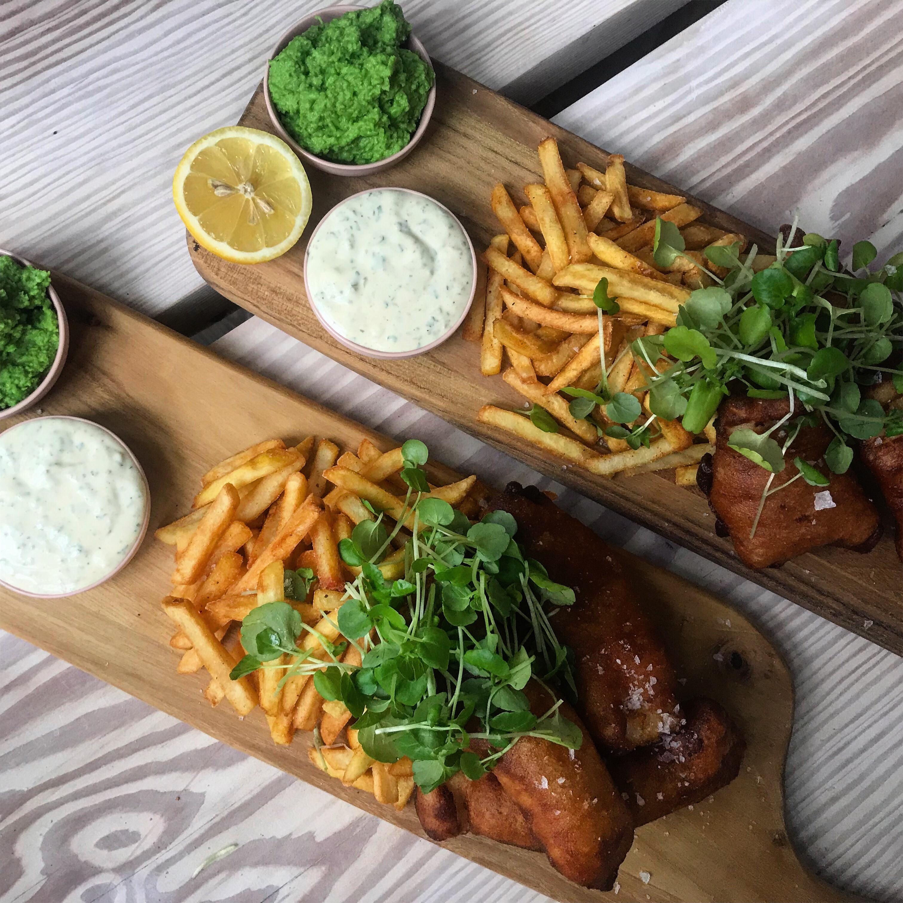 Beer battered fish n' chips med ærtedip og tartarsauce