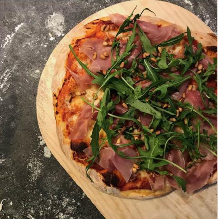Pizza med hjemmelavet tomatsauce