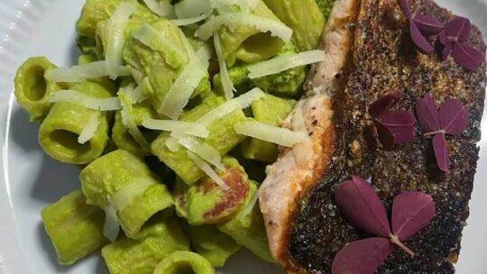 Pasta i grøn avokado/broccoli sovs med skindstegt laks